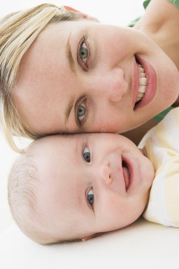 Madre y bebé que mienten en suelo imágenes de archivo libres de regalías