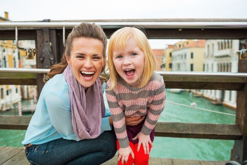 Madre y bebé que se colocan en el puente en Venecia fotografía de archivo