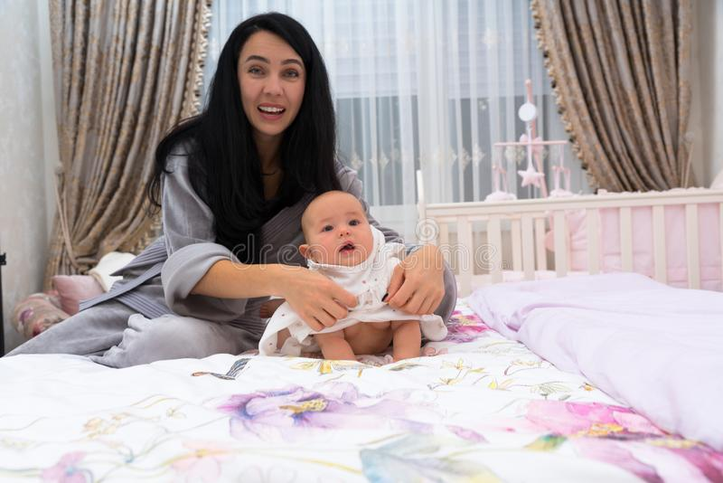 Madre y bebé que sonríen y que miran la cámara imágenes de archivo libres de regalías