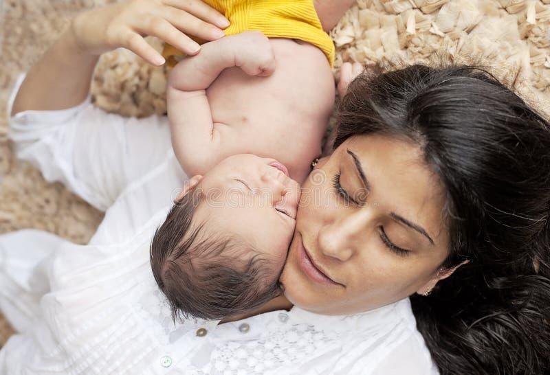 Madre y bebé recién nacido imagenes de archivo