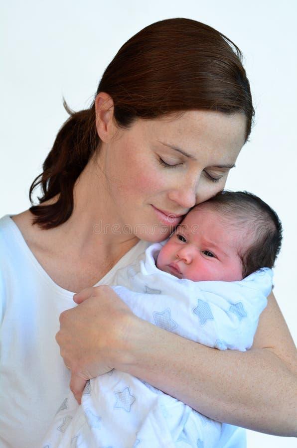 Madre y bebé recién nacido que se besan y que abrazan fotos de archivo libres de regalías