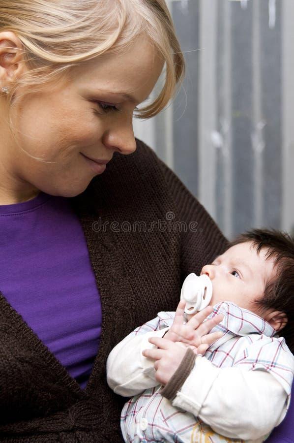 Madre y bebé sonrientes fotos de archivo
