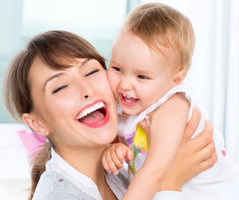 Madre y bebé sonrientes felices foto de archivo