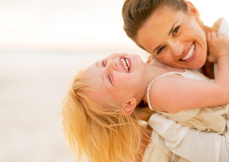 Madre y bebé sonrientes que tienen tiempo de la diversión fotografía de archivo libre de regalías