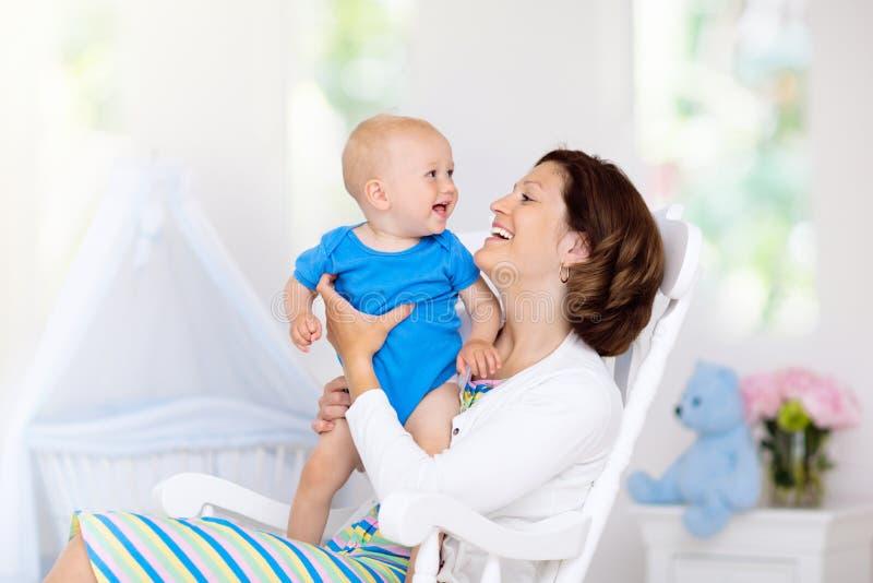 Madre y beb? en el dormitorio blanco fotografía de archivo libre de regalías