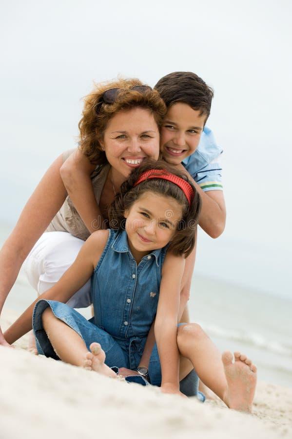 Madre y cabritos sonrientes imagen de archivo libre de regalías