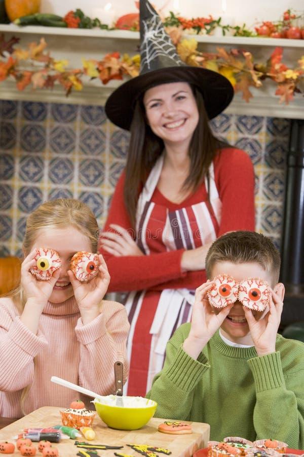 Madre y dos niños en jugar de Víspera de Todos los Santos imagen de archivo