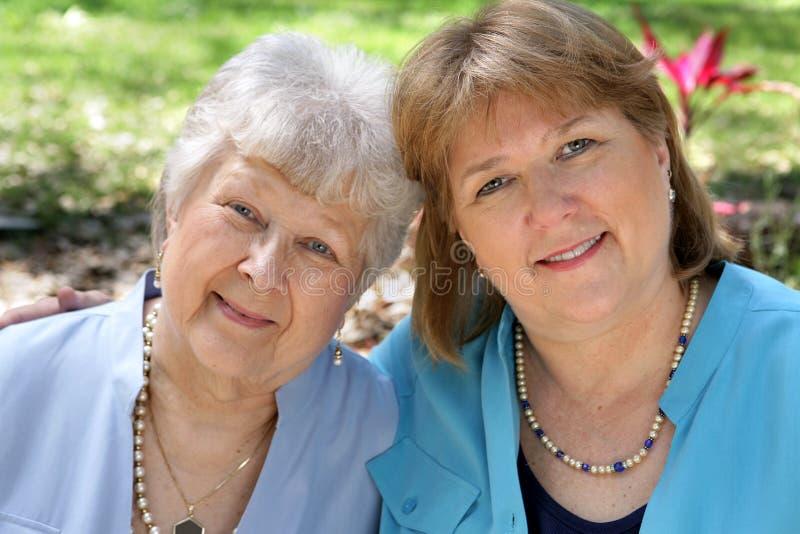 Madre y hija adultas imagenes de archivo
