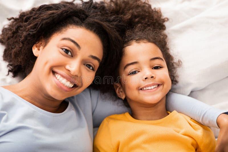 Madre Y Hija Afro En La Cama En El Dormitorio, Vista Superior imágenes de archivo libres de regalías