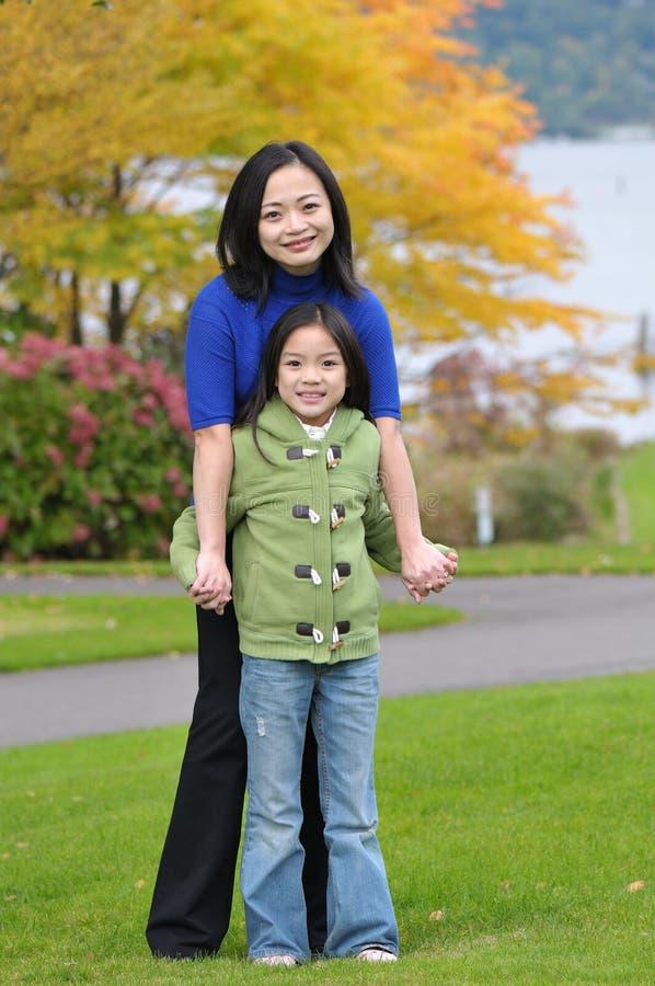 Madre y hija cercanas junto fotografía de archivo