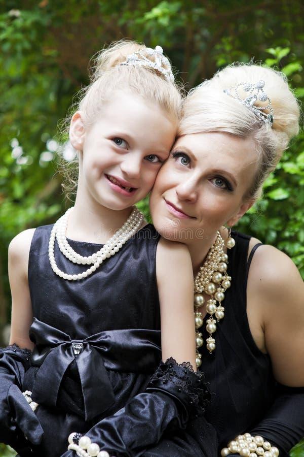 Madre y hija elegantes fotos de archivo libres de regalías