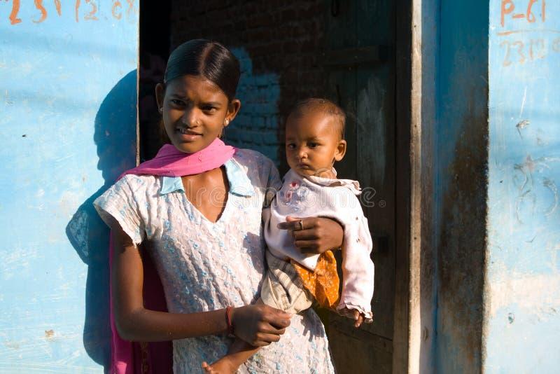 Madre y niño, aldea de Khajuraho, la India. fotografía de archivo
