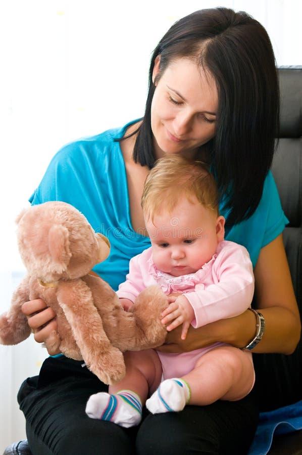 Madre y niño con el juguete imagen de archivo libre de regalías