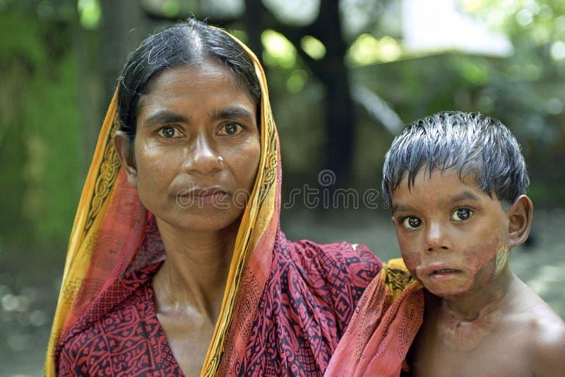 Madre y niño con las quemaduras, Dacca del retrato de la familia imágenes de archivo libres de regalías