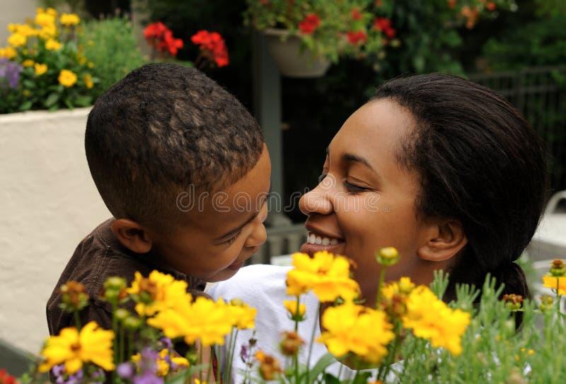 Madre y niño del afroamericano fotografía de archivo