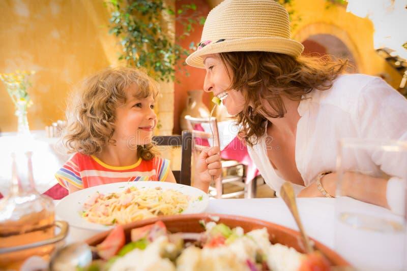 Madre y niño en café del verano fotografía de archivo libre de regalías