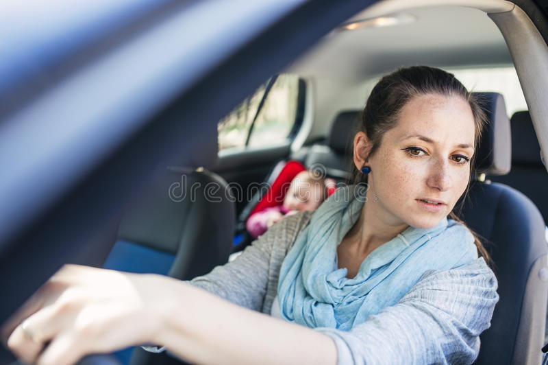 Madre y niño en el coche fotos de archivo libres de regalías