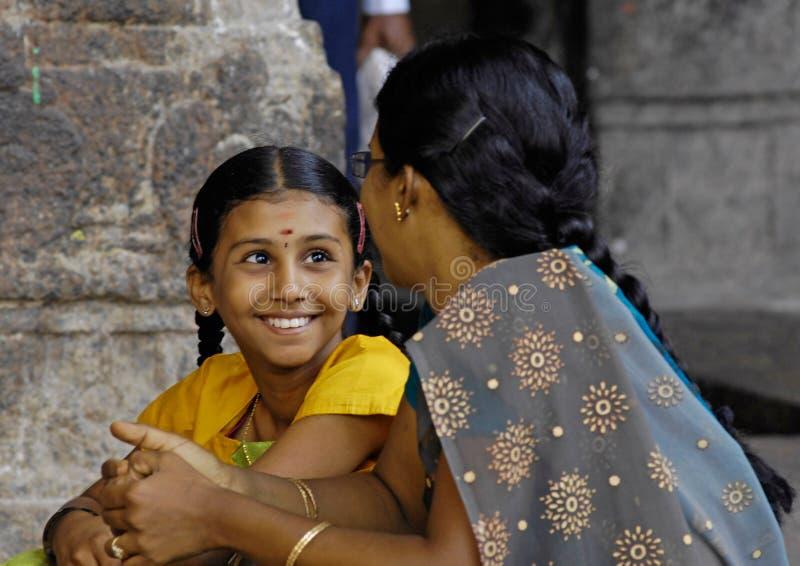 Madre y niño en el templo Madurai de Menakshi imagenes de archivo