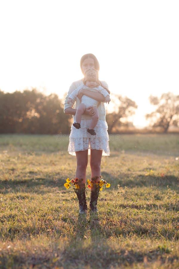 Madre y niño en jardín imágenes de archivo libres de regalías