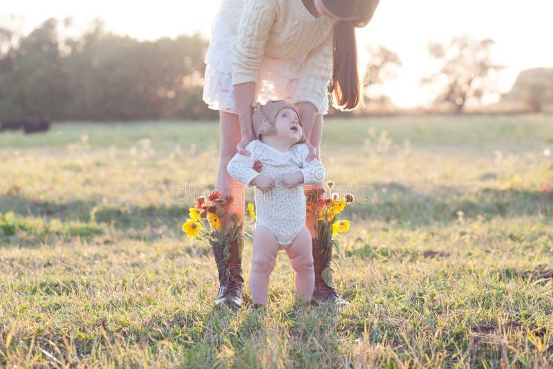 Madre y niño en jardín imagenes de archivo