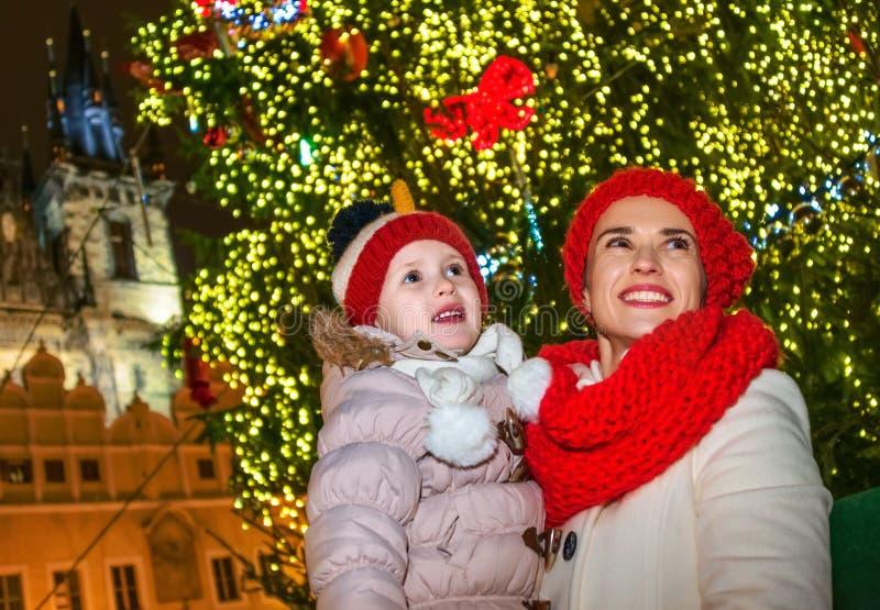 Madre y niño en la Navidad Praga que mira en la distancia imagen de archivo libre de regalías