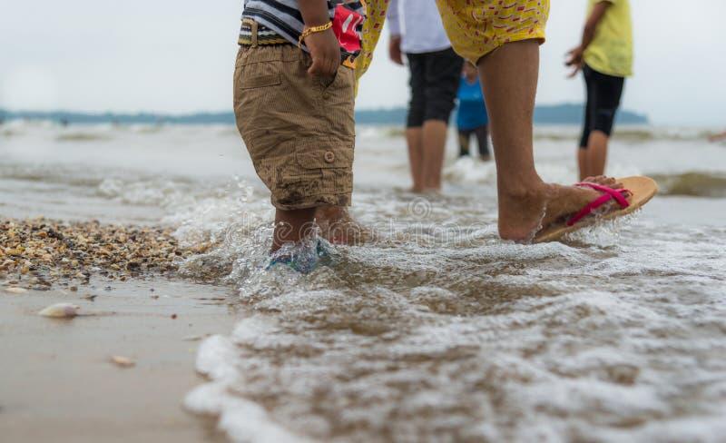 Madre y niño en la playa imagen de archivo