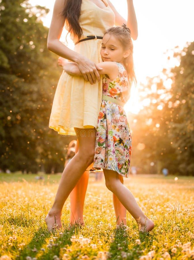 Madre y niño en la puesta del sol imágenes de archivo libres de regalías