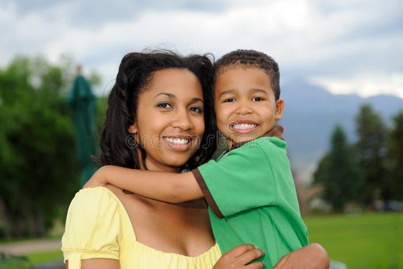 Madre y niño felices fotografía de archivo libre de regalías