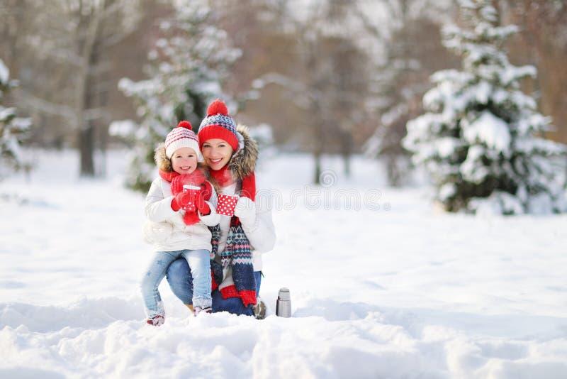 Madre y niño felices de la familia en té de consumición del paseo del invierno imágenes de archivo libres de regalías