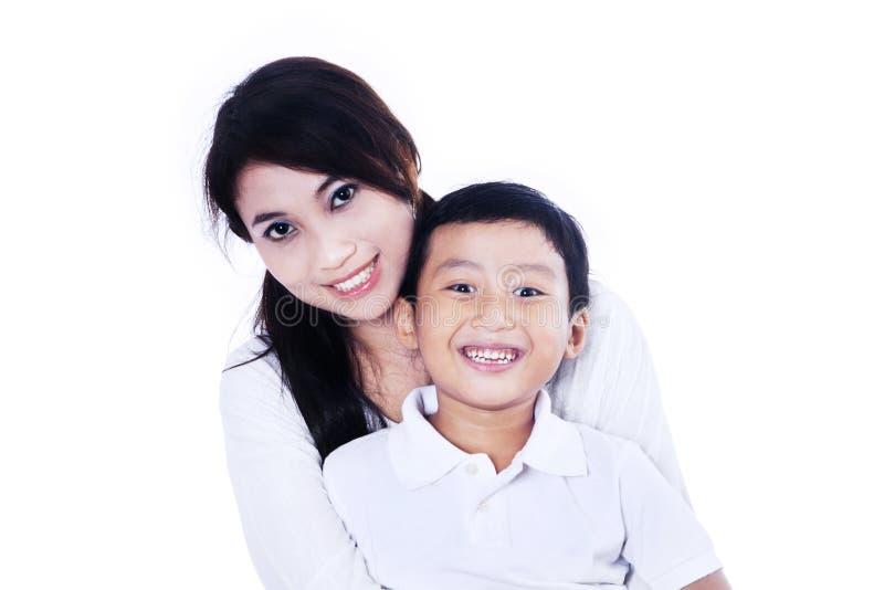 Madre y niño hermosos en blanco foto de archivo