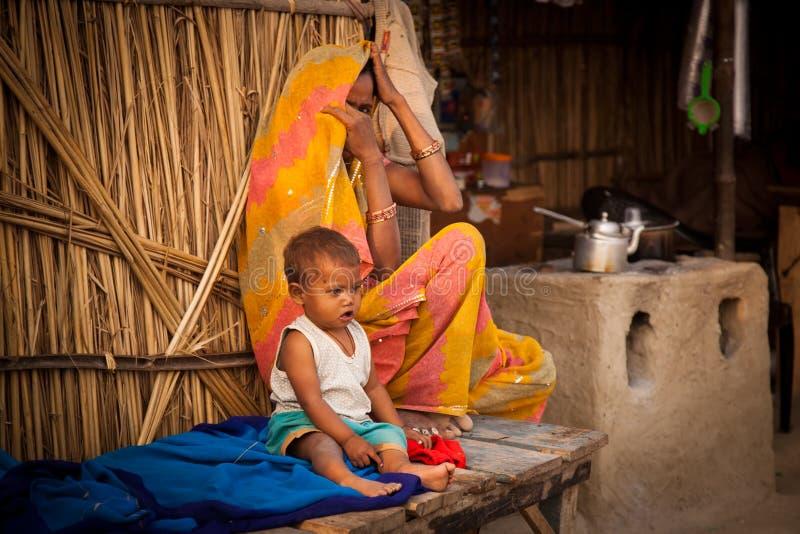 Madre y niño indios en departamento del té fotografía de archivo