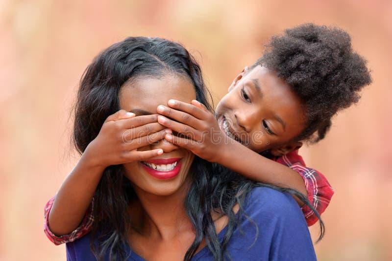 Madre y niño juguetones del Peekaboo foto de archivo