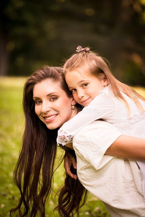 Madre y niño junto fotografía de archivo