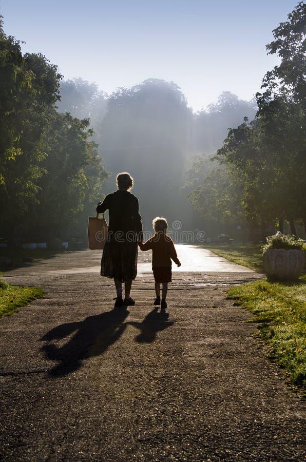 Madre y niño por la mañana brumosa Sun fotos de archivo