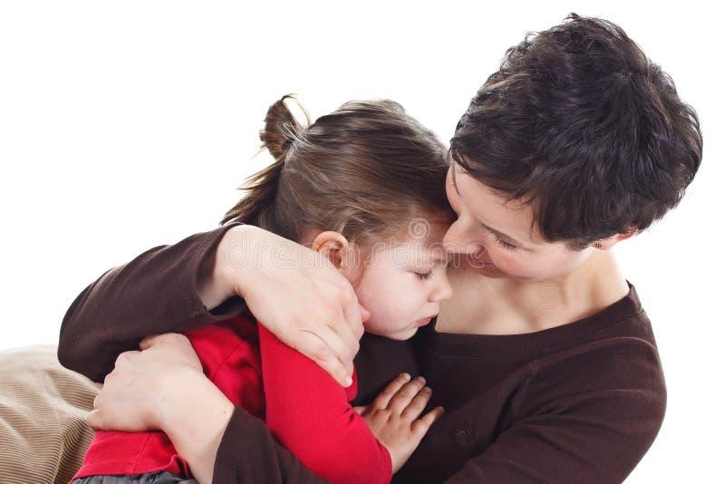 Madre y niño que abrazan fotografía de archivo