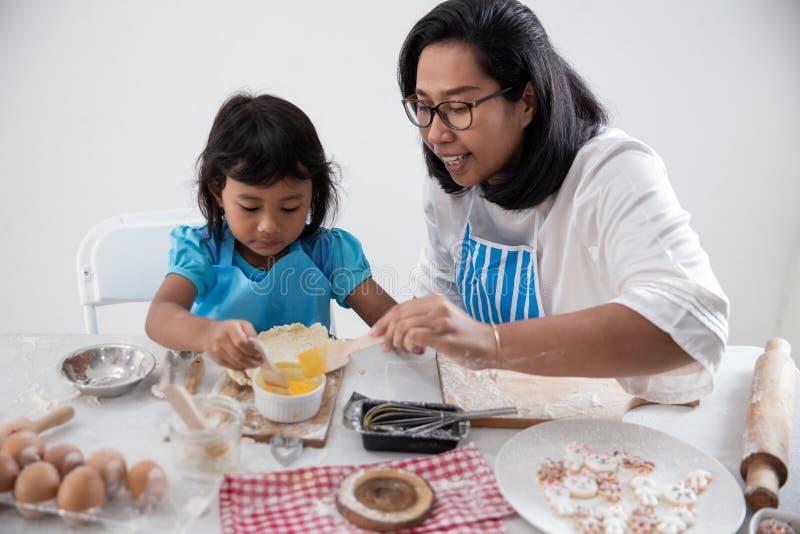 Madre y niño que aprenden hacer un poco de pasta foto de archivo libre de regalías