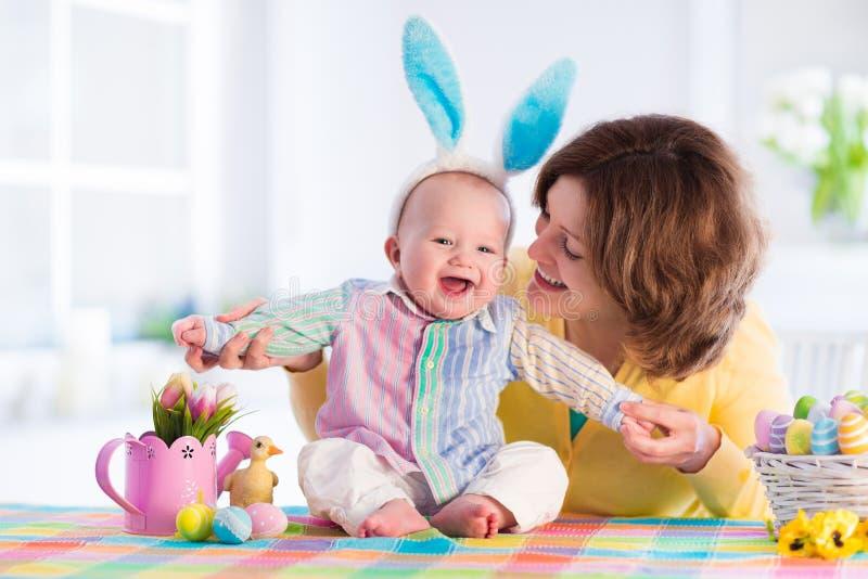Madre y niño que celebran Pascua en casa fotografía de archivo