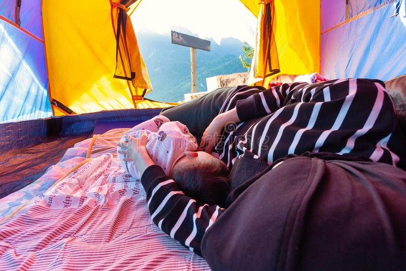 Madre y niño que duermen en una tienda imágenes de archivo libres de regalías