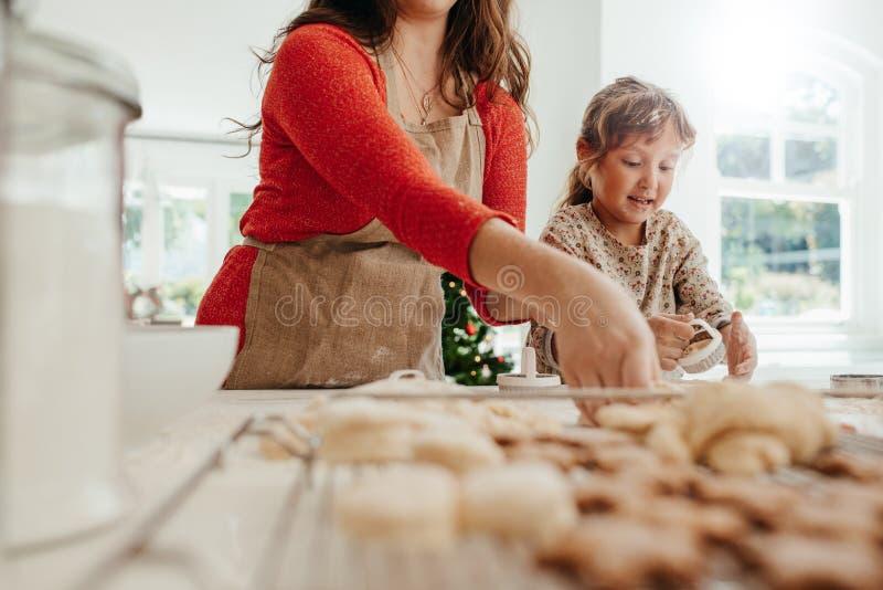 Madre y niño que hacen las galletas para la Navidad fotos de archivo