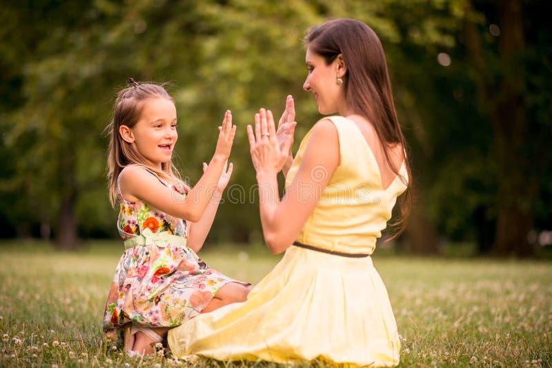 Madre y niño que juegan junto imagen de archivo