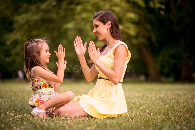 Madre y niño que juegan junto fotos de archivo libres de regalías