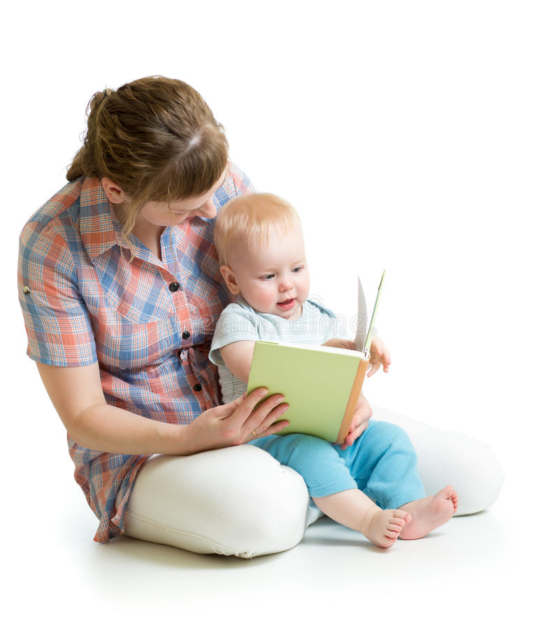 Madre y niño que leen un libro junto imagen de archivo