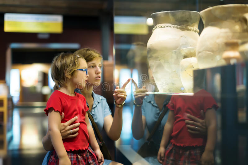 Download Madre Y Niño Que Miran Viejos Amphores En Museo Foto de archivo - Imagen de galería, clásico: 44851786