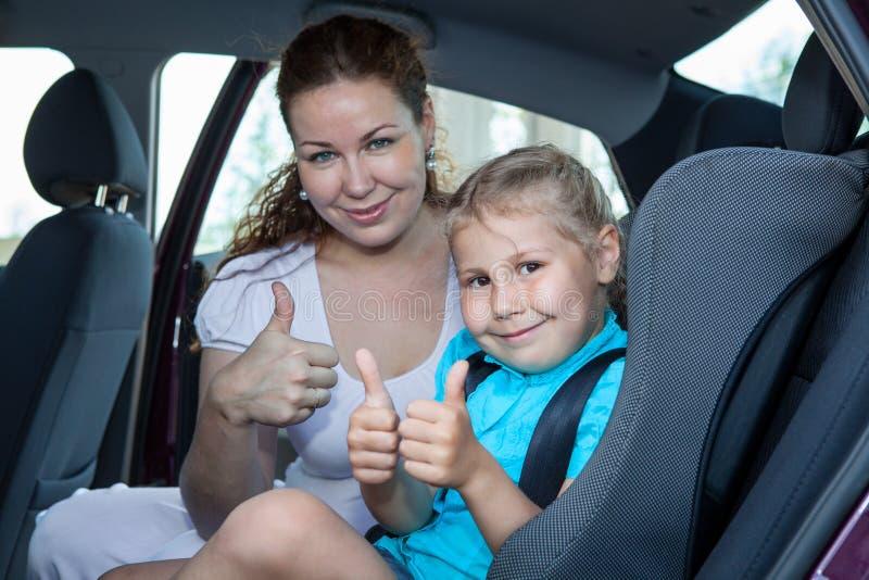 Madre y niño que muestran el pulgar encima del gesto en coche imagen de archivo