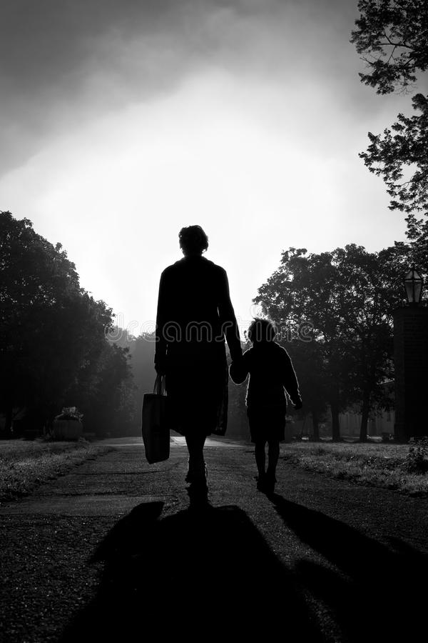 Madre y niño que recorren en la mañana Sun fotografía de archivo libre de regalías