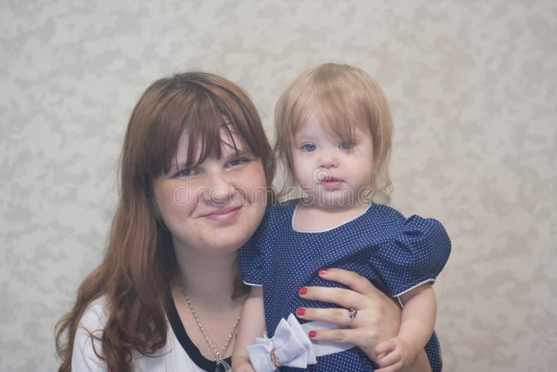 Madre y niño Retrato poco imágenes de archivo libres de regalías