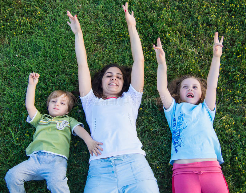 Madre y niños al aire libre imagen de archivo libre de regalías