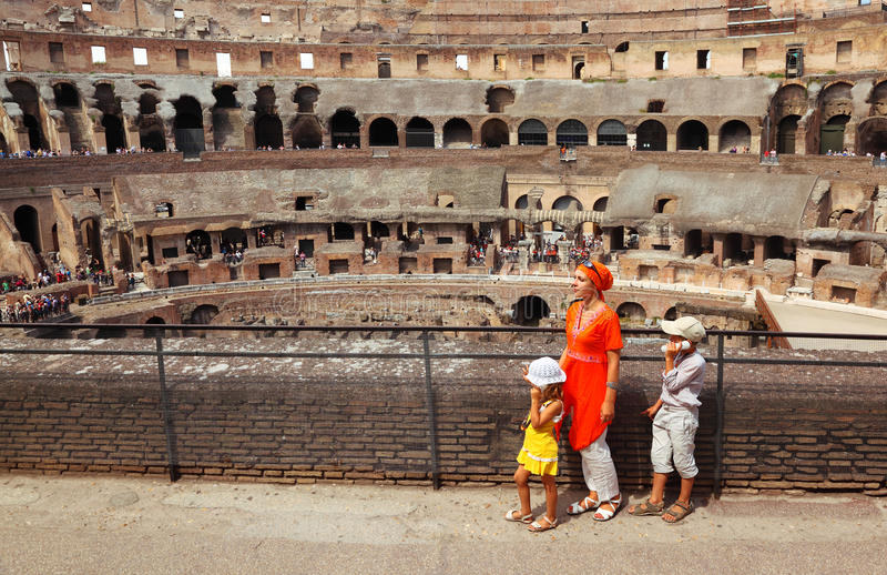 Madre y niños, colocándose en coliseo fotos de archivo