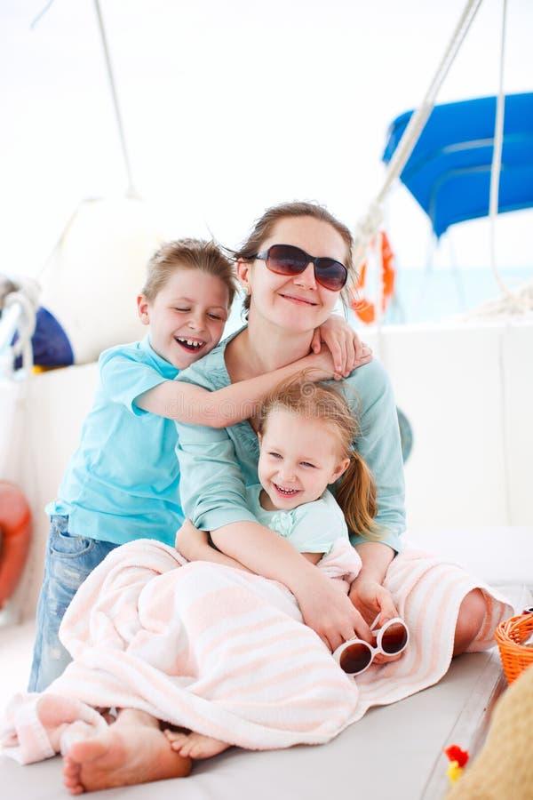 Madre y niños en el yate de lujo foto de archivo