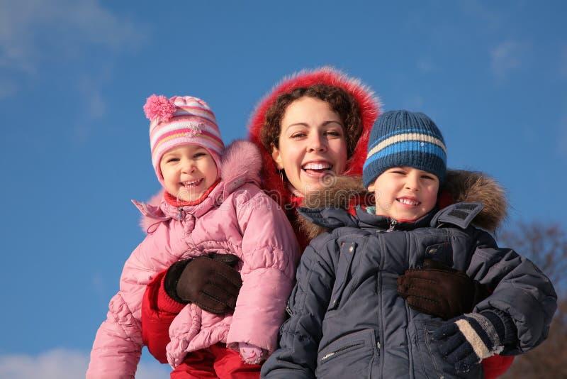 Madre y niños en invierno imagen de archivo